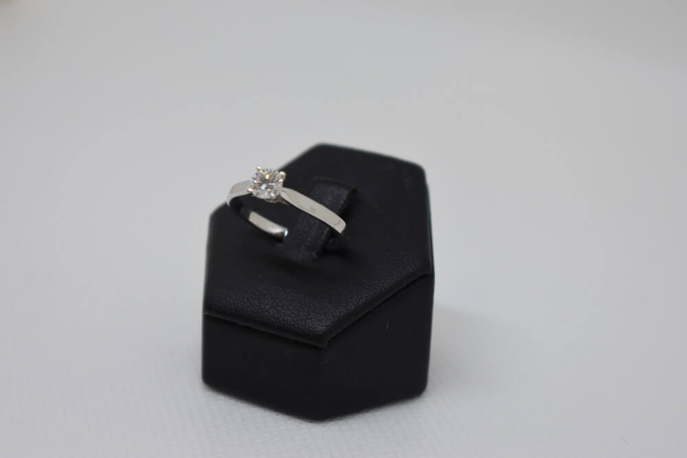 https://orocashlangheroero.com/wp-content/uploads/2020/07/anello-diamanti.jpg